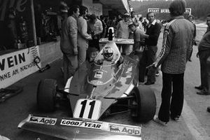 Clay Regazzoni, Ferrari 312T, se sienta en su auto y espera mientras Luca di Montezemolo discute con los mecánicos