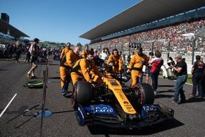 Carlos Sainz Jr., McLaren MCL34, arrives on the grid