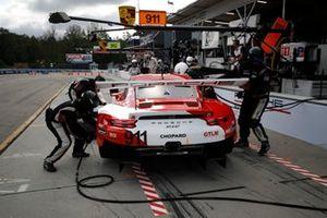 #911 Porsche GT Team Porsche 911 RSR, GTLM: Patrick Pilet, Nick Tandy, Frederic Makowiecki, pit stop