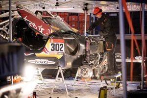 Les mécaniciens Bahrain JCW X-Raid Team au travail après l'étape