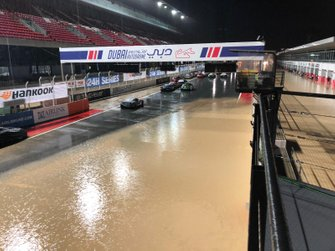 Coche en la recta inundada
