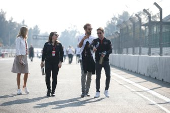 Jean-Eric Vergne, DS Techeetah, Antonio Felix da Costa, DS Techeetah in pista col presentatore TV Nicki Shields