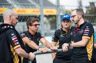Antonio Felix da Costa, DS Techeetah, Leo Thomas, Racing Director, DS Techeetah in pitlane con altri membri della squadra