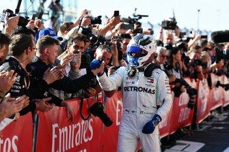 Valtteri Bottas, Mercedes AMG F1, 1° classificato, festeggia nel parco chiuso, con il suo team