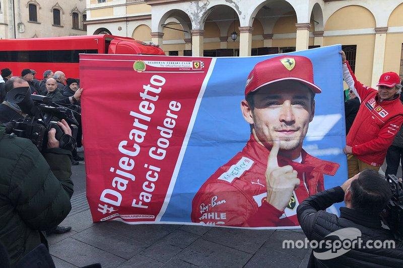 Striscione di Charles Leclerc, Ferrari