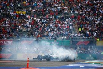 Lewis Hamilton, Mercedes AMG F1 W10, celebra con un donut