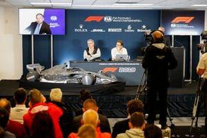 Ross Brawn, Managing Director of Motorsports, FOM, Chase Carey, voorzitter Formule 1 en Nikolaz Tombazis presenteren de F1-regels voor 2021