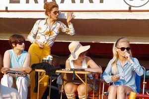 Mujeres en el muro de boxes de Le Mans controlando los tiempos