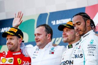 Sebastian Vettel, Ferrari, Eric Blandin, Chief Aerodynamicist, Mercedes AMG, Valtteri Bottas, Mercedes AMG F1, 1e plaats, en Lewis Hamilton, Mercedes AMG F1, 3e plaats, op het podium