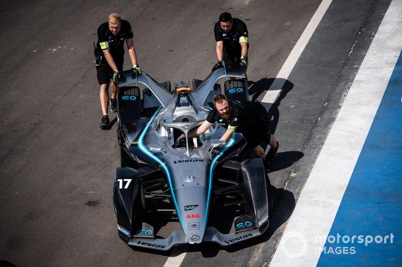 Mechanics push the Nyck De Vries, Mercedes Benz EQ, EQ Silver Arrow 01 attraversa la pit lane