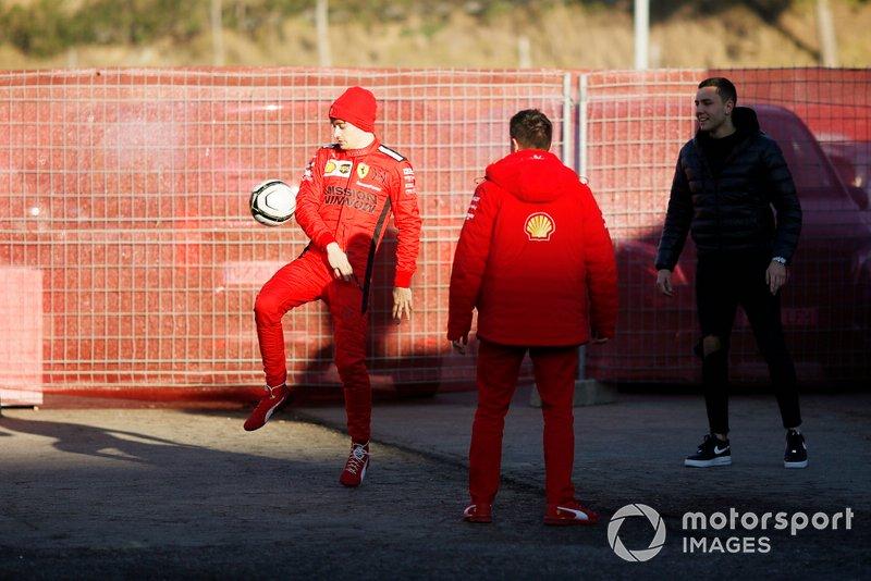 Charles Leclerc, Ferrari, gioca a calcio nel paddock