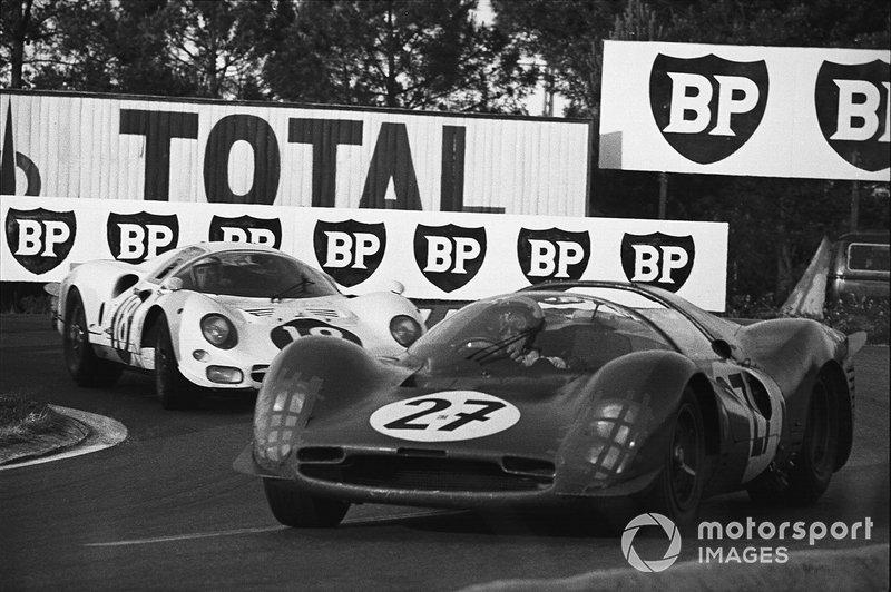 Pedro Rodriguez, Richie Ginther, #27 Ferrari 330P3 Spyder, devant Bob Bondurant, Masten Gregory, #18 Ferrari 365P2