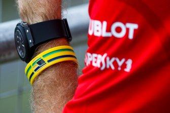 Браслет в шлемом Айртона Сенны на руке гонщика Ferrari Себастьяна Феттеля