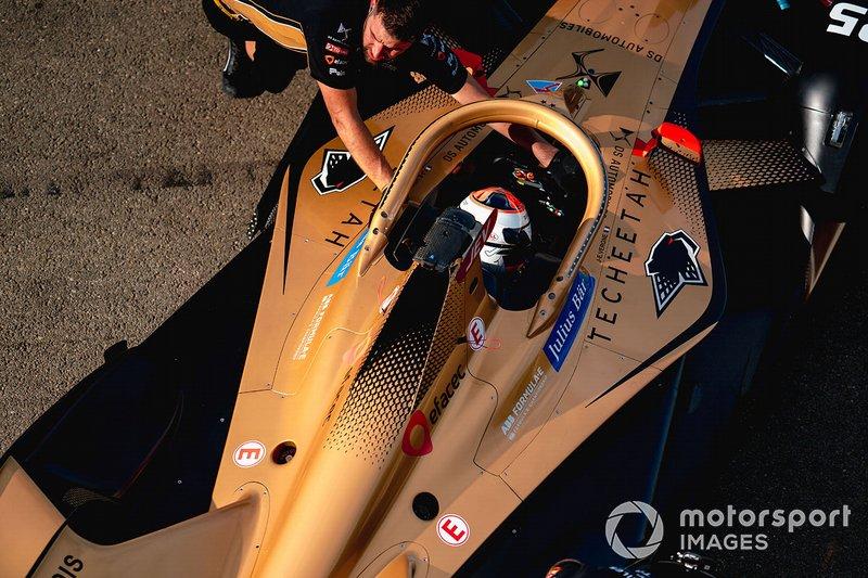 Mechanics push Jean-Eric Vergne, DS TECHEETAH, DS E-Tense FE20 back into the garage