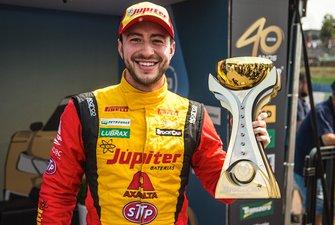 Gabriel Casagrande exibe troféu de pole position da etapa de Cascavel