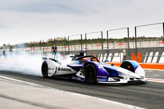 Maximillian Gunther, BMW I Andretti Motorsports, BMW iFE.20, sgomma in pit lane