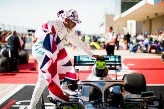 Lewis Hamilton, Mercedes AMG F1, 2° classificato, festeggia con una bandiera britannica, nel parco chiuso, dopo aver conquistato il suo sesto titolo