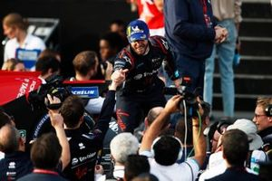 Sam Bird, Virgin Racing, célèbre la victoire avec son équipe