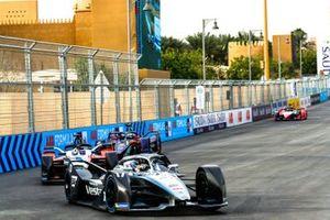 Ник де Врис, Mercedes-Benz EQ Formula E Team, Эдоардо Мортара, Venturi Racing, Mercedes-Benz EQ Silver Arrow 01, и Сэм Бёрд, Virgin Racing, Audi e-tron FE06