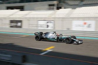 George Russell su una Mercedes mule car a Yas Marina per i test con le gomme Pirelli da 18 pollici per il 2021
