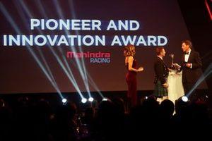 Allan McNish presenteert de Mahindra Pioneering and Innovation award