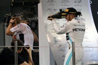 Le vainqueur Lewis Hamilton, Mercedes AMG F1, asperge son équipière sur le podium