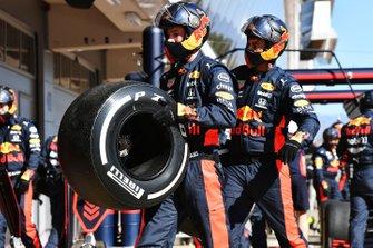 Механик Red Bull Racing с шиной Pirelli