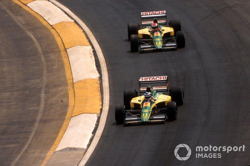 Mika Hakkinen, Lotus 102D devant Johnny Herbert, Lotus 102D