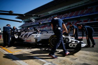Pierre Gasly, AlphaTauri AT01 in the pitlane