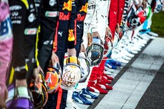 Helmen van alle F1-coureurs tijdens groepsfoto