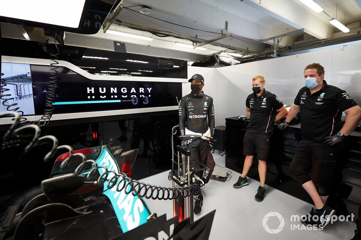 Lewis Hamilton, Mercedes-AMG Petronas F1 talking with engineers