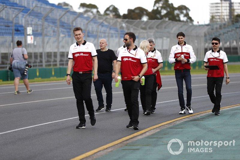 Antonio Giovinazzi, Alfa Romeo cammina sul tracciato con alcuni membri del team