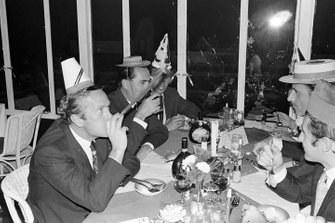 Колин Чэпмен, Джек Брэбэм, Джим Кларк, Джеки Стюарт и Грэм Хилл празднуют Новый год