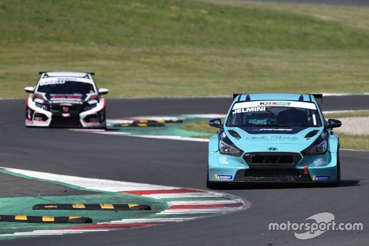 Felice Jelmini, PMA Motorsport, Hyundai i30 N TCR davanti a Max Mugelli, MM Motorsport, Honda Civic Type R TCR