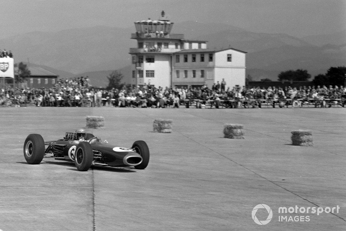 Уже в конце первого круга закончилась гонка для Брэбэма. Победитель внезачетного Гран При в Цельтвеге 1963 года остановился из-за отказа топливной системы