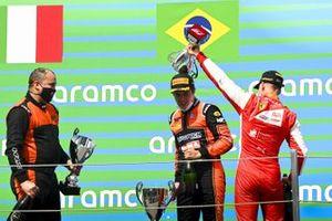 Le vainqueur Felipe Drugovich, MP Motorsport et Mick Schumacher, Prema Racing fêtent sur le podium avec le Champagne
