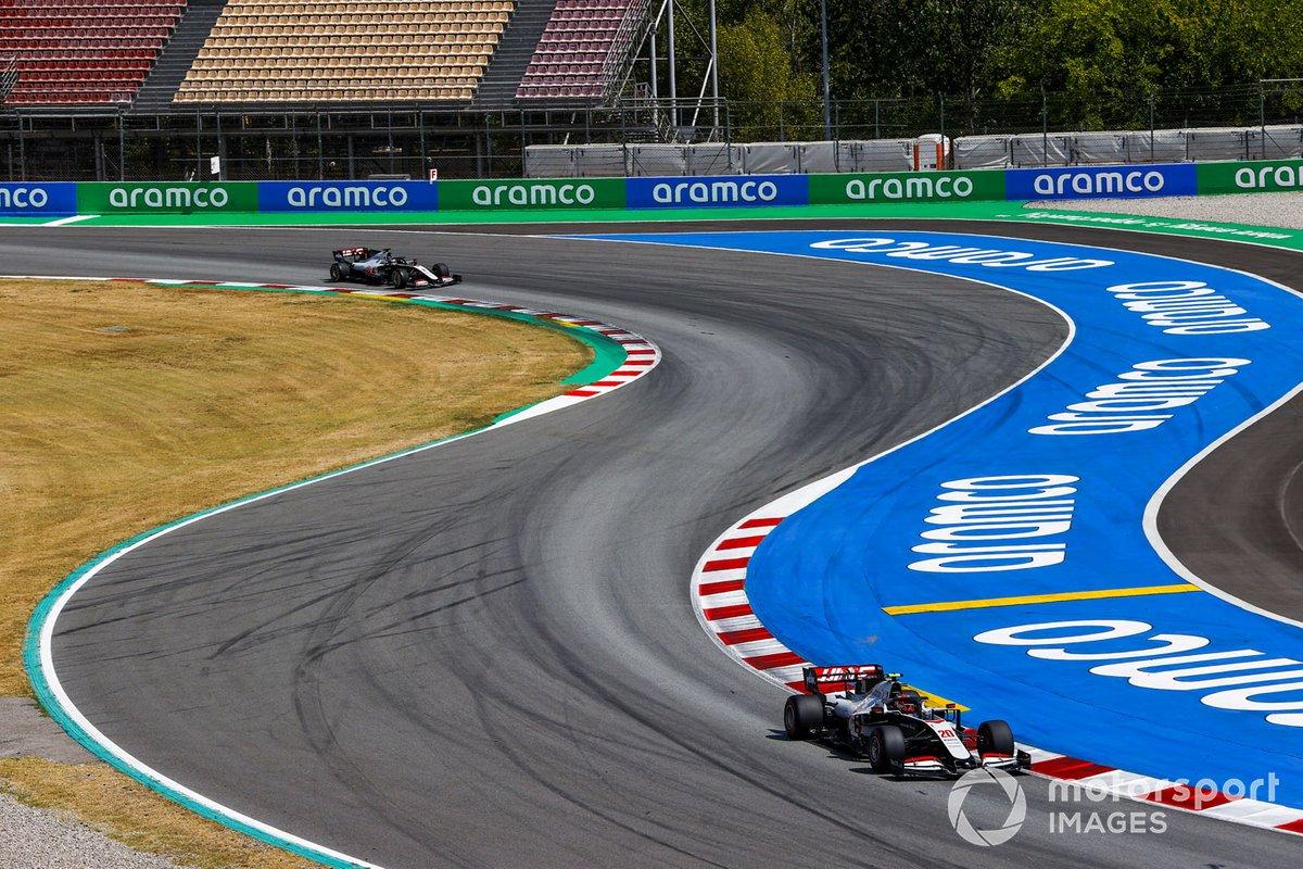 Kevin Magnussen, Haas VF-20 e Romain Grosjean, Haas VF-20