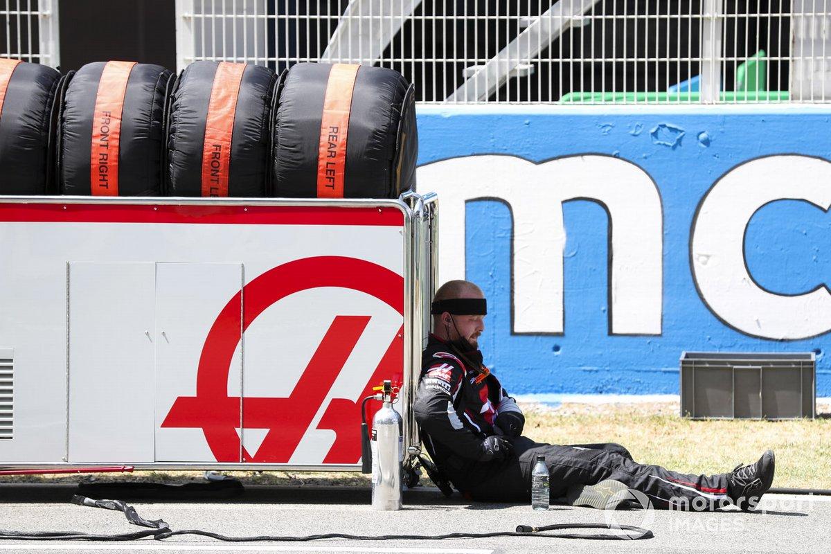 Механик Haas F1 на стартовой решетке