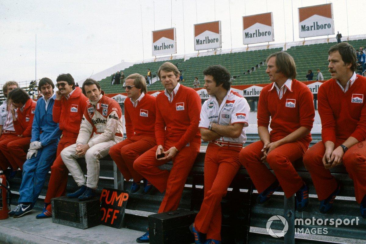 Все остальные – как команда McLaren на фото – бойкотировали сессию. Спустя полчаса наступила развязка