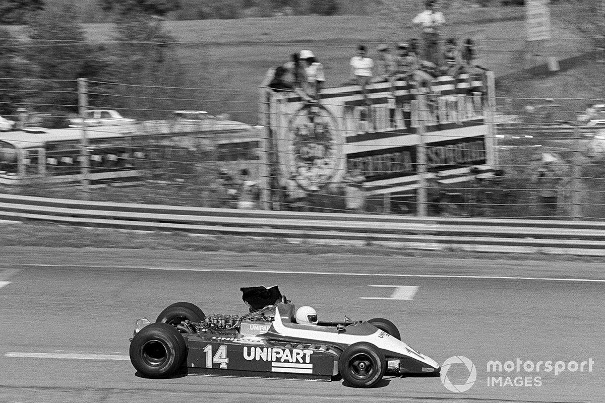 На подиум реально претендовал Джон Уотсон, но гонщик McLaren налетел сзади на Ensign французского аутсайдера Патрика Гайяра и сошел. А вот Гайяр после долгого ремонта повреждений (на фото) поехал дальше