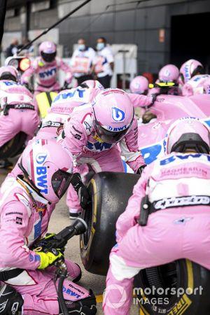 La Racing Point team prova un pitstop