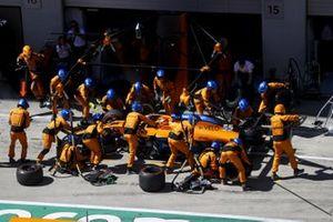 Carlos Sainz Jr., McLaren MCL35 pit stop