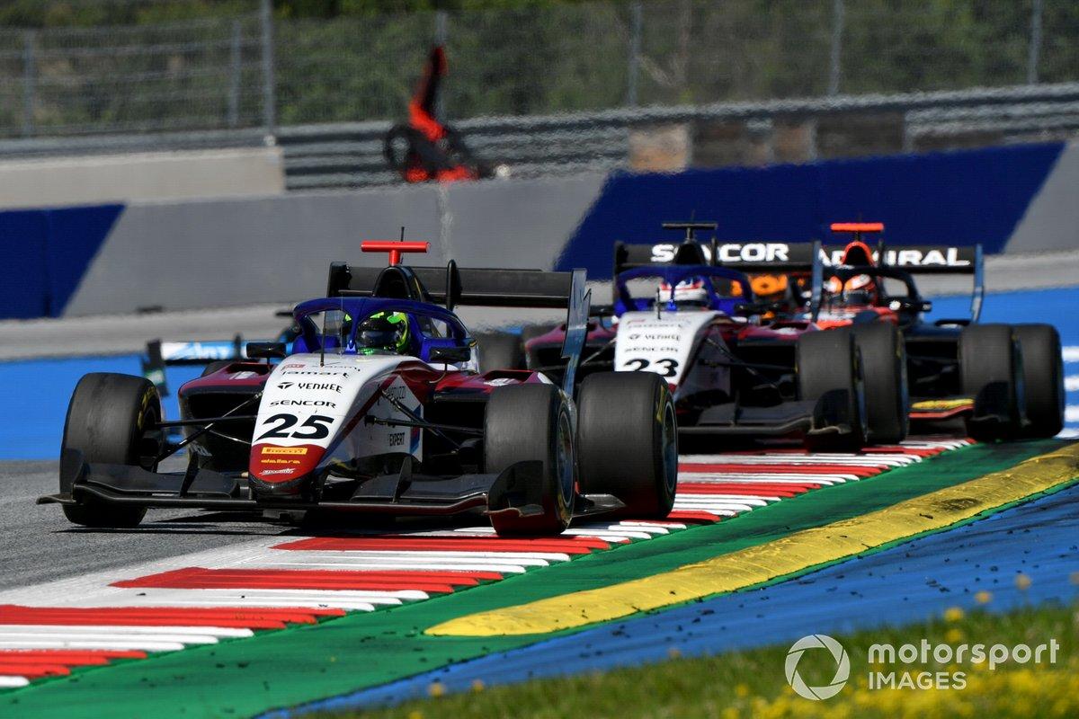 David Schumacher, Charouz Racing System, precede Niko Kari, Charouz Racing System