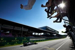 Valtteri Bottas, Mercedes AMG F1, passe la ligne d'arrivée