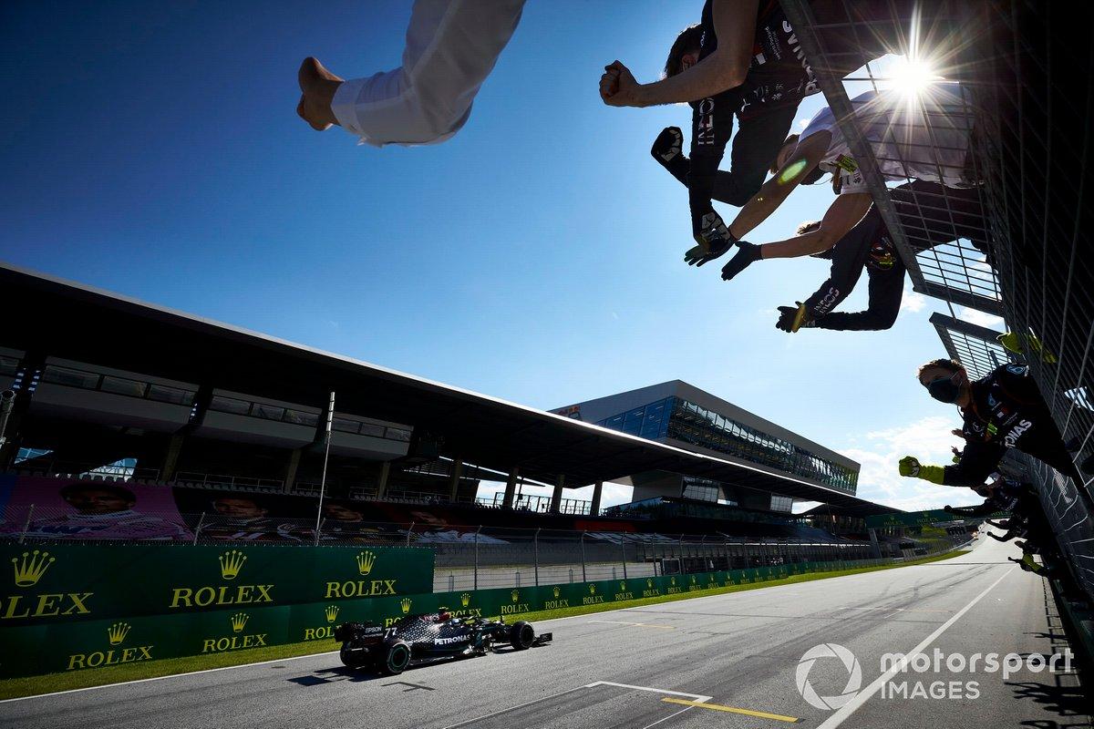 Ganador Valtteri Bottas, Mercedes AMG F1, cruza la meta