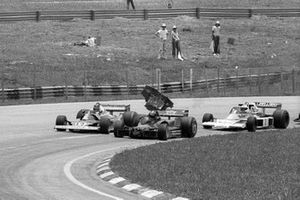 Carlos Pace, Brabham BT45 loses his front wing after making contact with another car. After stopping for repairs, he would crash out of the race on lap 34. Brazilian Grand Prix, Rd 2, Interlagos, Sao Paulo, Brazil, 23 January 1977.