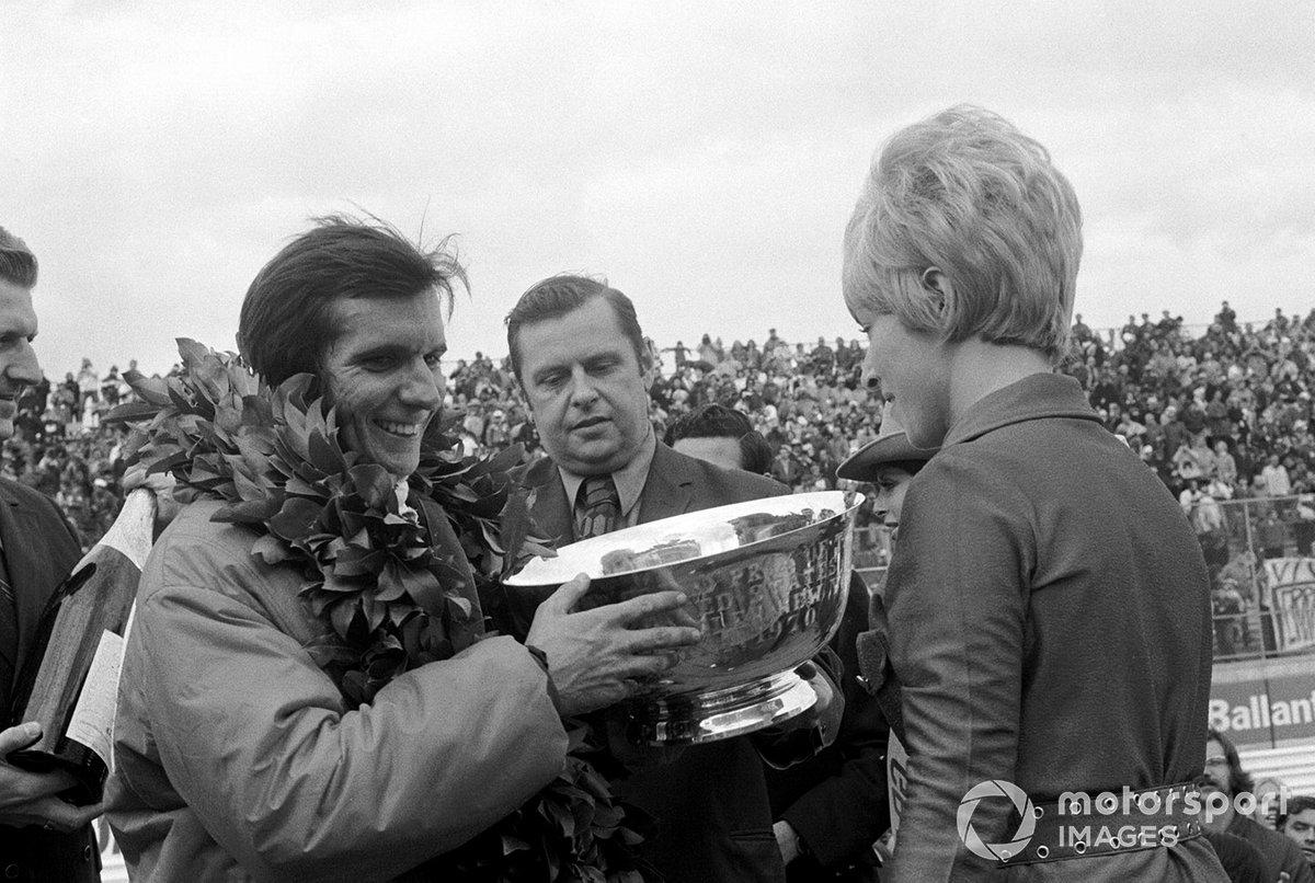 Emerson Fittipaldi recebe troféu de sua primeira vitória na F1