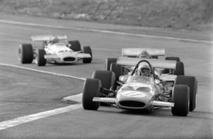 Bruce McLaren, McLaren M14A Ford, Graham Hill, Lotus 49C Ford, y Rolf Stommelen, Brabham BT33 Ford