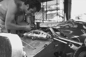 Un mécanicien travaille sur une Ferrari 312B dans les stands