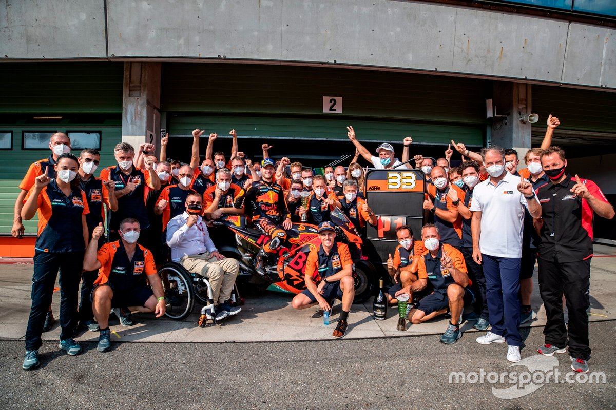 Ganador Brad Binder and Red Bull KTM Factory Racing celebra